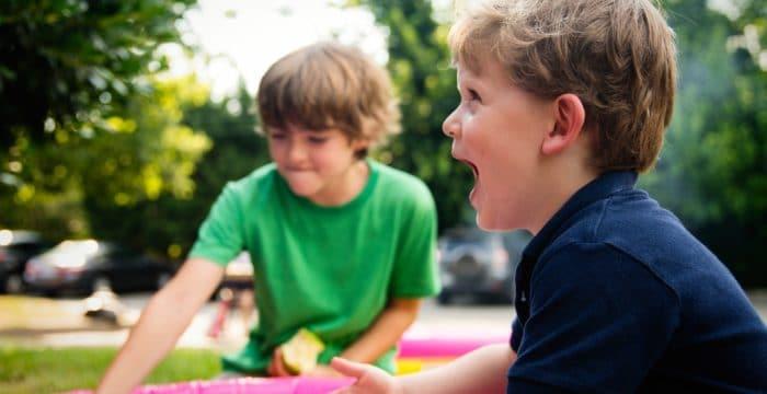 ילדים משחקים בגינה