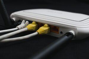 סגורים בבית איך לבחור ספק אינטרנט לגיימרים וחובבי הבינג'